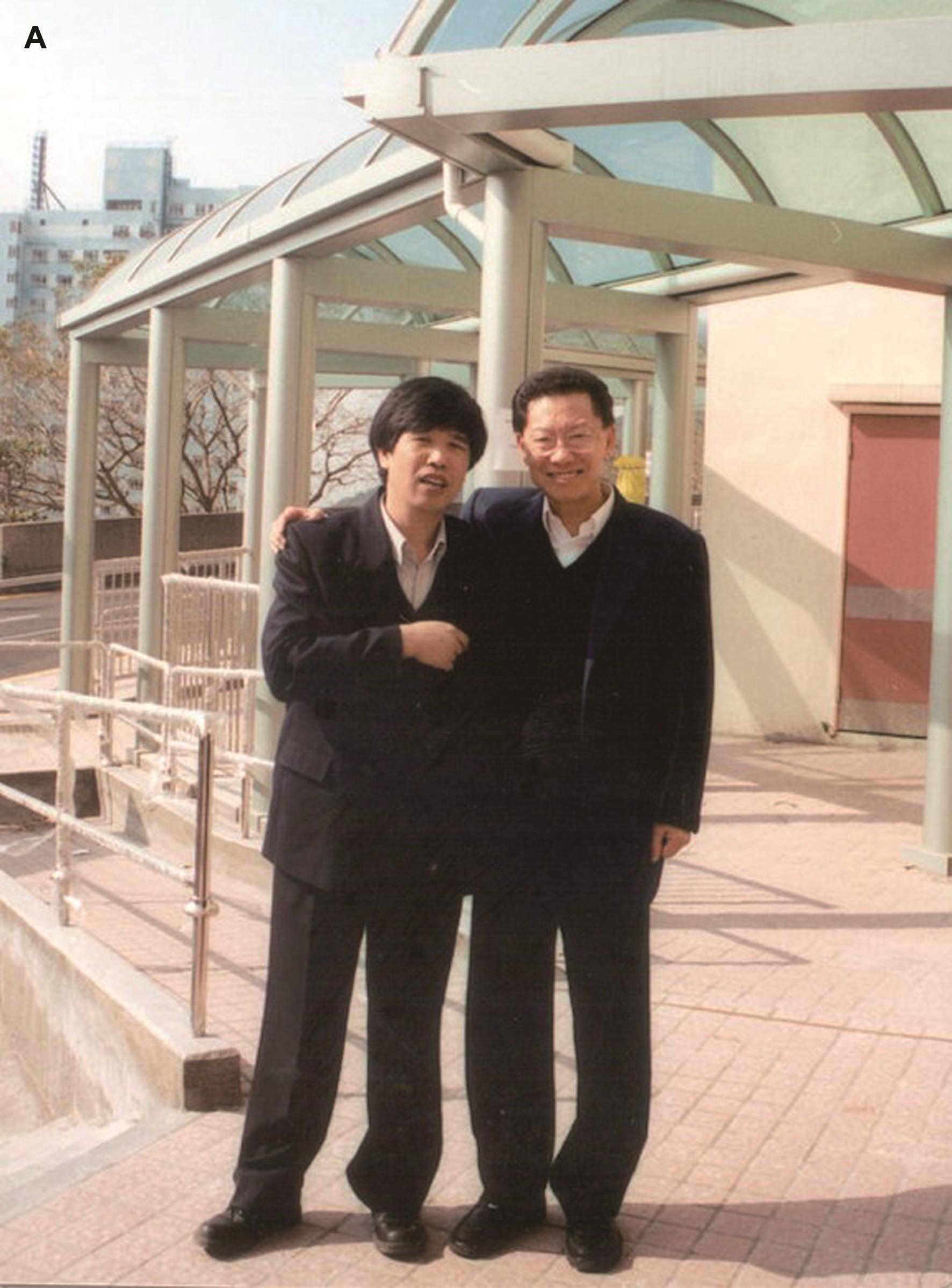 与原香港大学李嘉诚医学院院长林兆鑫教授合影。
