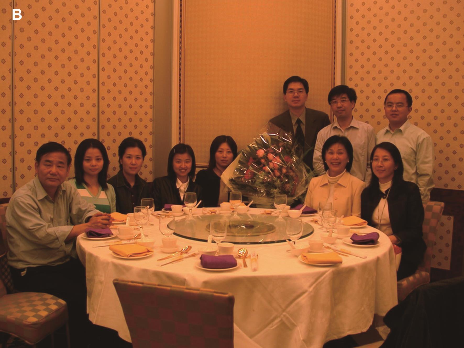 我和王振宇教授(后排左一)的科研团队与原香港大学分子生物学研究所所长孔祥复教授(前排左一)和林李家宓(Marie Chia-Mi Lin)教授(前排右二)合影。